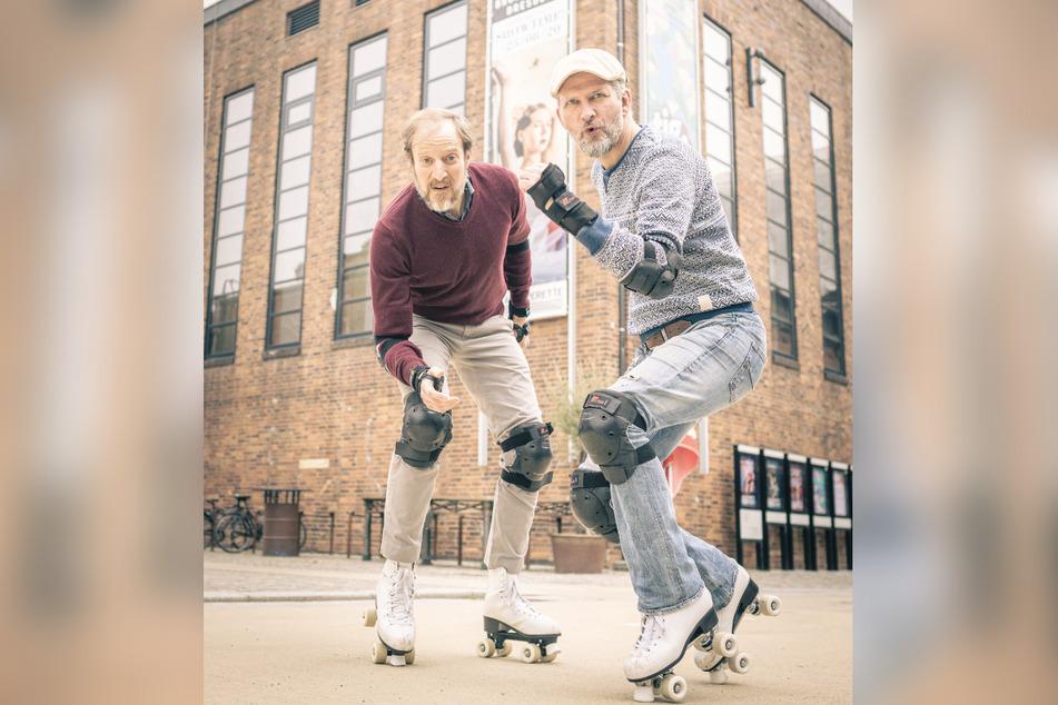 Beim Rollschuhtraining vor der Operette: Die beiden Baritone Bryan Rothfuss (43, l.) und Marcus Günzel (43).