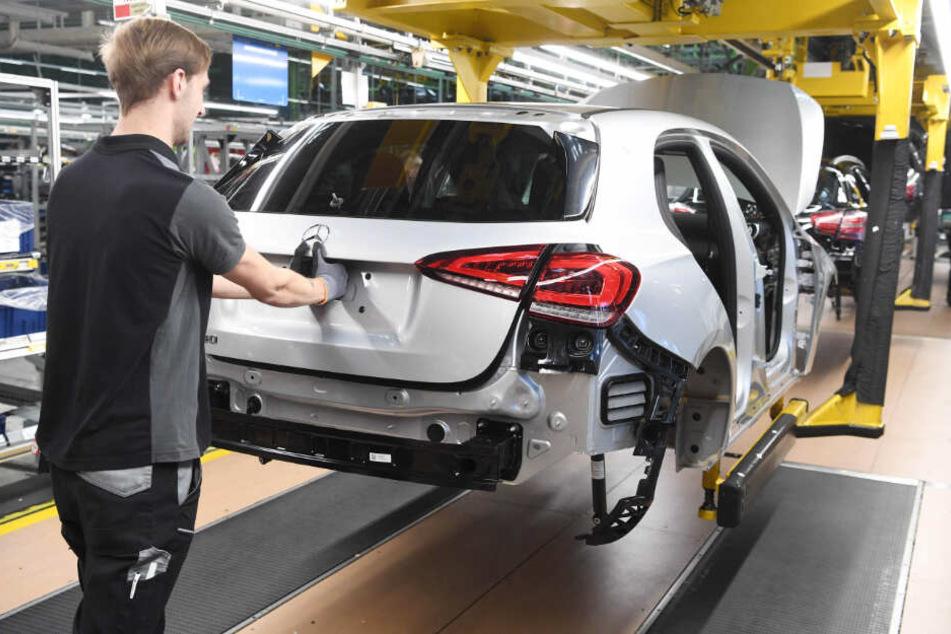 Eine Mercedes A-Klasse wird montiert.