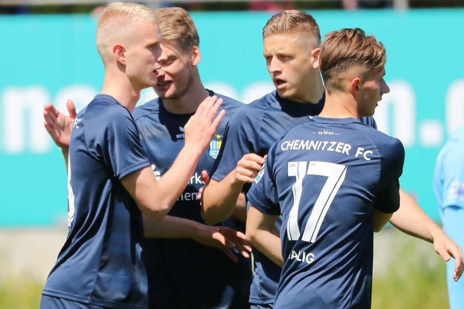 Michael Blum, Kristian Taag und Erik Tallig feiern das 1:0 von Jan-Pelle Hoppe (l.).