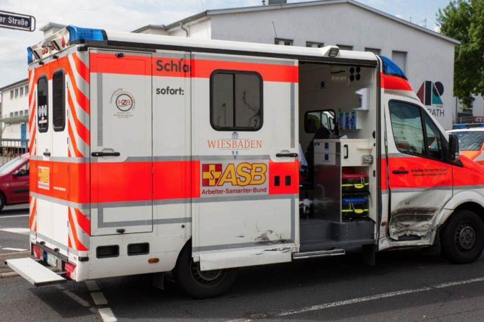Auf einer Kreuzung wurde der Rettungswagen mit voller Wucht in die Seite gerammt.