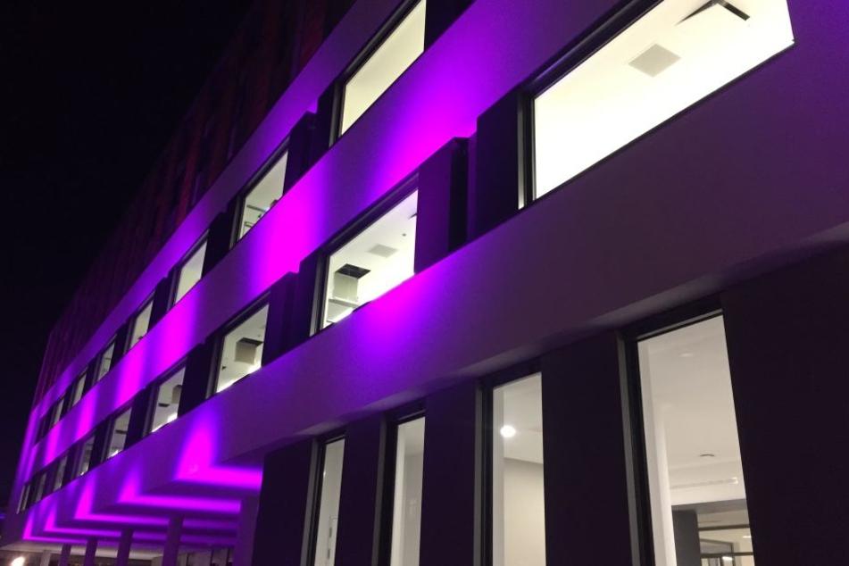 Darum leuchteten plötzlich einige Fassaden in Dresden lila