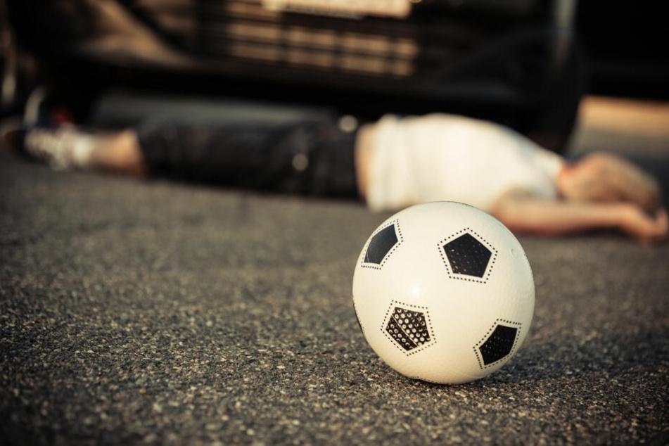 Ein Kind ist beim Ballspielen in einen Unfall mit einem Fahrzeug geraten (Symbolbild).