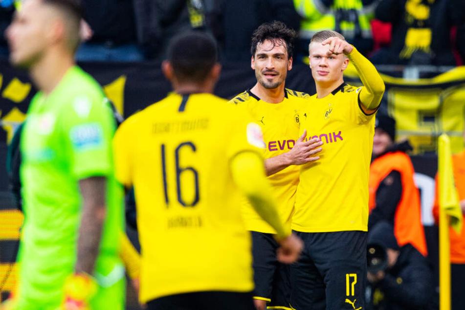 Erling Haaland (r.) wurde nach 80. Minuten unter donnerndem Applaus der BVB-Fans ausgewechselt. Nach seinen bisherigen drei Auftritten und sieben Toren kein Wunder.