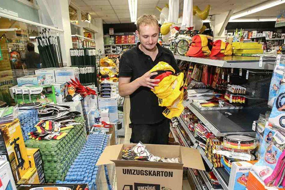 Deutsche WM-Artikel verbannt: Mitarbeiter Thomas Dressler (30) vom Aktionshaus Wreesmann begann Donnerstag mit der Einlagerung.