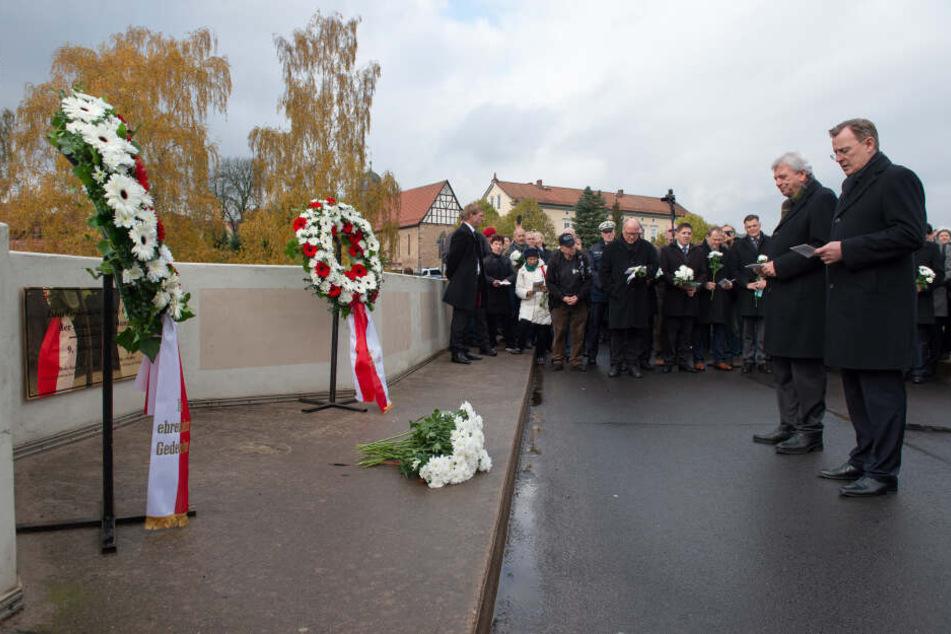 Auf der Brücke in Treffurt-Großenburschla erinnerten die Ministerpräsidenten Bodo Ramelow (Thüringen) und Volker Bouffier (Hessen) an die Opfer der deutschen Teilung.