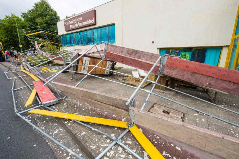 Sowohl auf den Radweg als auch auf den Bürgersteig stürzte das Baugerüst.