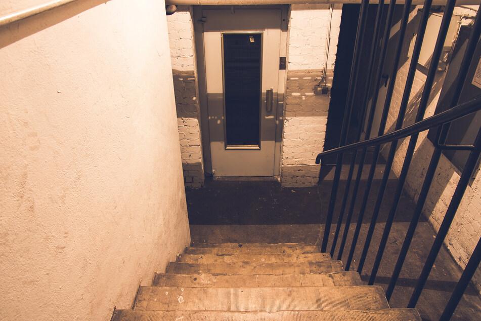 Jugendliche haben den Keller einer alten Ruine erkundet sind sich dabei aus Versehen hinter einer Brandschutztür eingesperrt. (Symbolbild)