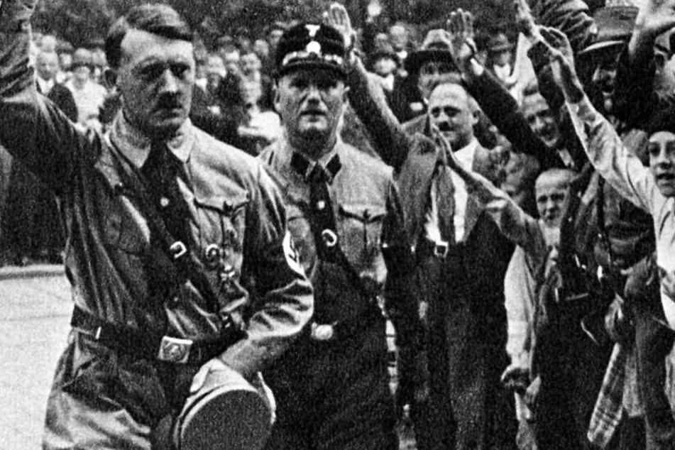 Eine Aufnahme aus dem Jahr 1929 zeigt Adolf Hitler (l.) in Nürnberg.