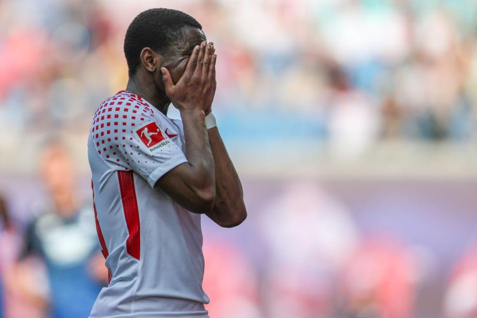 Ademola Lookman kann es nicht fassen. RB Leipzig ließ sich schon im ersten Durchgang ausknocken. Aber auch der zweite ging komplett die Hose.