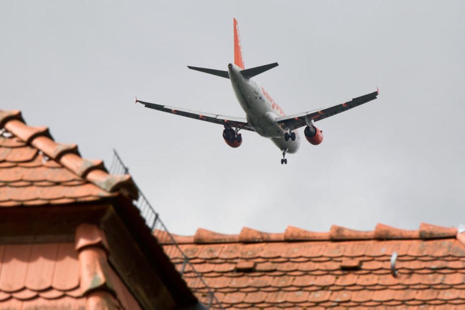 Fluglärm – zahlreiche Menschen in und um Frankfurt sind davon betroffen (Symbolbild).