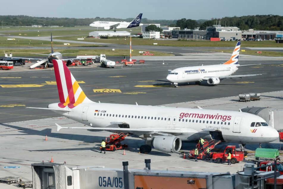 Eine Maschine der Gesellschaft Germanwings steht am Hamburger Flughafen. (Archivbild)