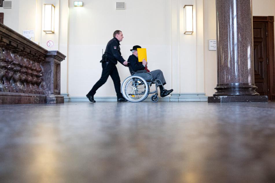 Der 93 Jahre alte ehemalige SS-Wachmann ist wegen Beihilfe zum Mord in 5230 Fällen angeklagt.