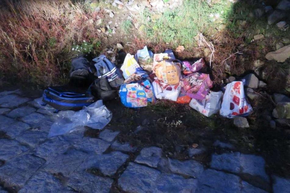 Eine Spaziergängerin hatte die Täter beobachtet. Beim genauen Betrachten der Taschen und Koffer, entdeckte die Wasserschutzpolizei den Bauschutt.