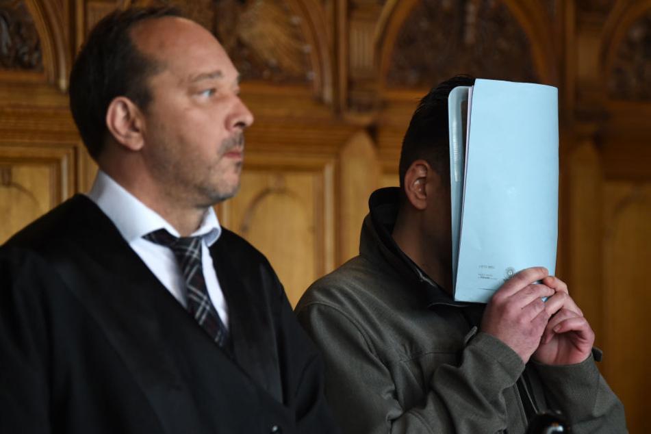 Der Angeklagte (r) im Gerichtssaal.