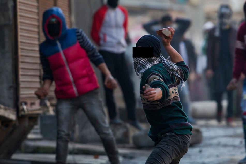 Dutzende Jugendliche lieferten sich am Montagabend eine regelrechte Straßenschlacht. (Symbolbild)