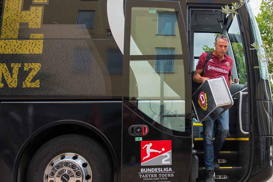 Endlich da! Coach Uwe Neuhaus steigt aus dem Bus.