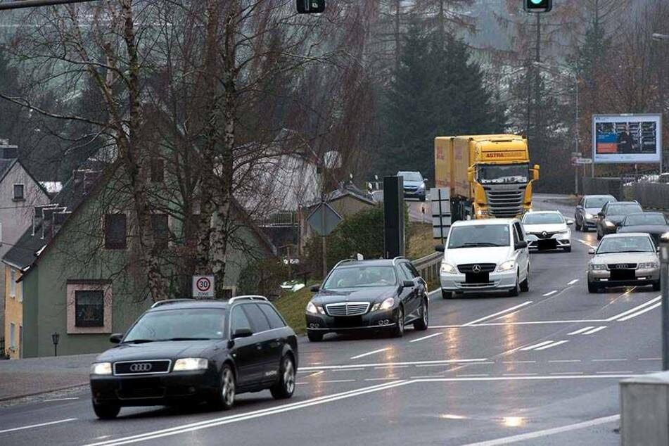 Viel Verkehr: Angeblich quälen sich täglich 15000 Fahrzeuge über die B174 durch Hohndorf.