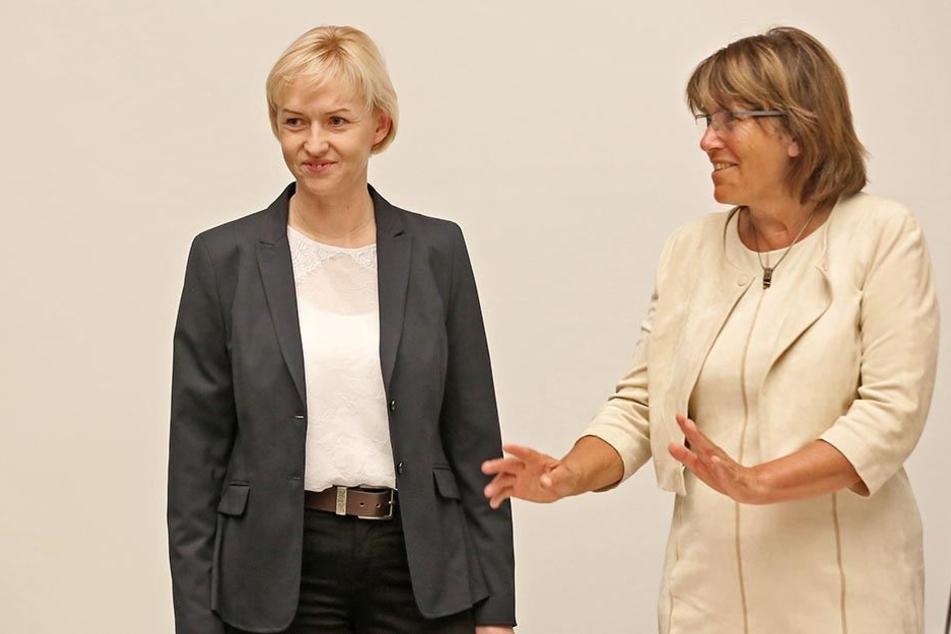 Oberbürgermeisterin Pia Findeiß stärkt Kathrin Köhler (l.) den Rücken.