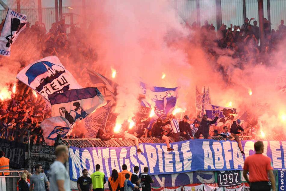 Hertha-Fans brennen Fackeln ab und machen Stimmung gegen die Montagsspiele.