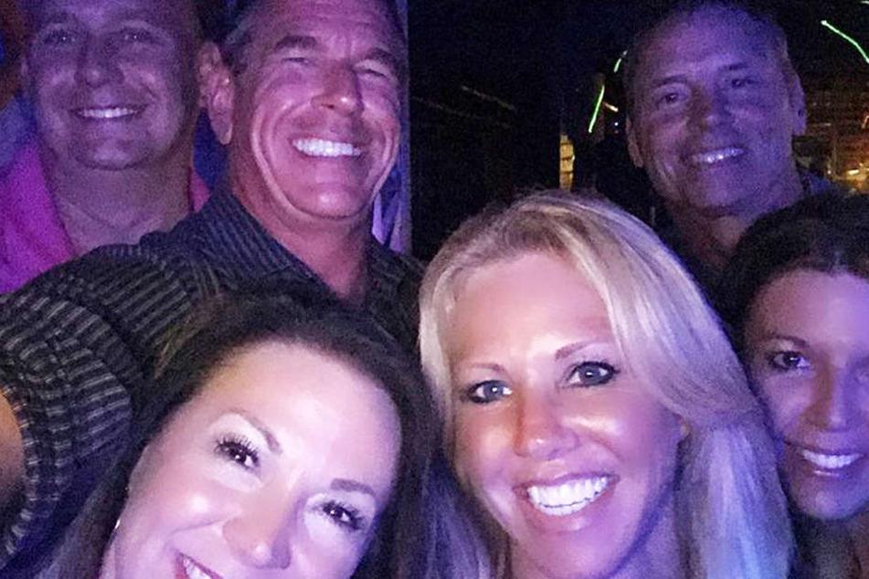 Ein Selfie aus glücklichen Tagen: Chuck (hinten 2.v.l.) und seine Katherine (vorn, Mitte).
