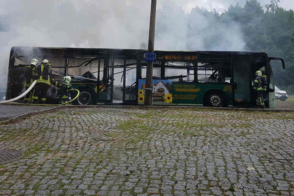 Vom Bus blieb nur ein Skelett übrig.