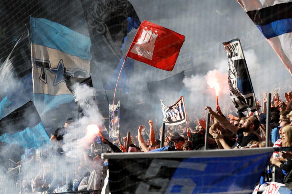 Fans zündeten beim Hinspiel HSV gegen FC St. Pauli Pyrotechnik im Stadion.