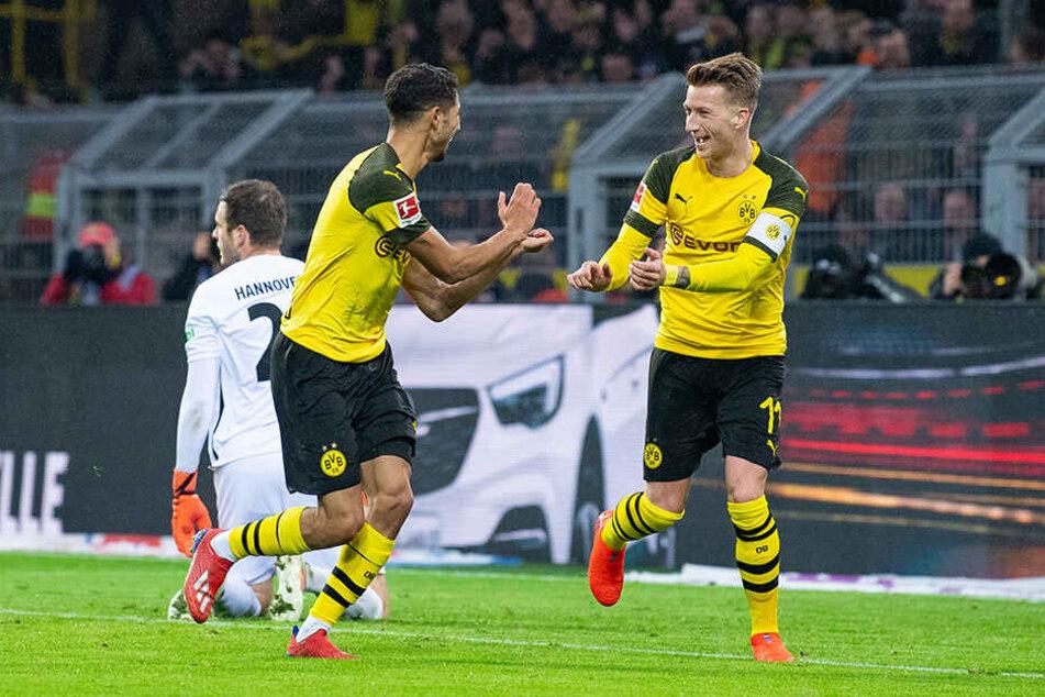 BVB-Kapitän Marco Reus (r.) freut sich mit Teamkollegen Achraf Hakimi (vorne-links) über dessen Tor zum 1:0 für Borussia Dortmund.