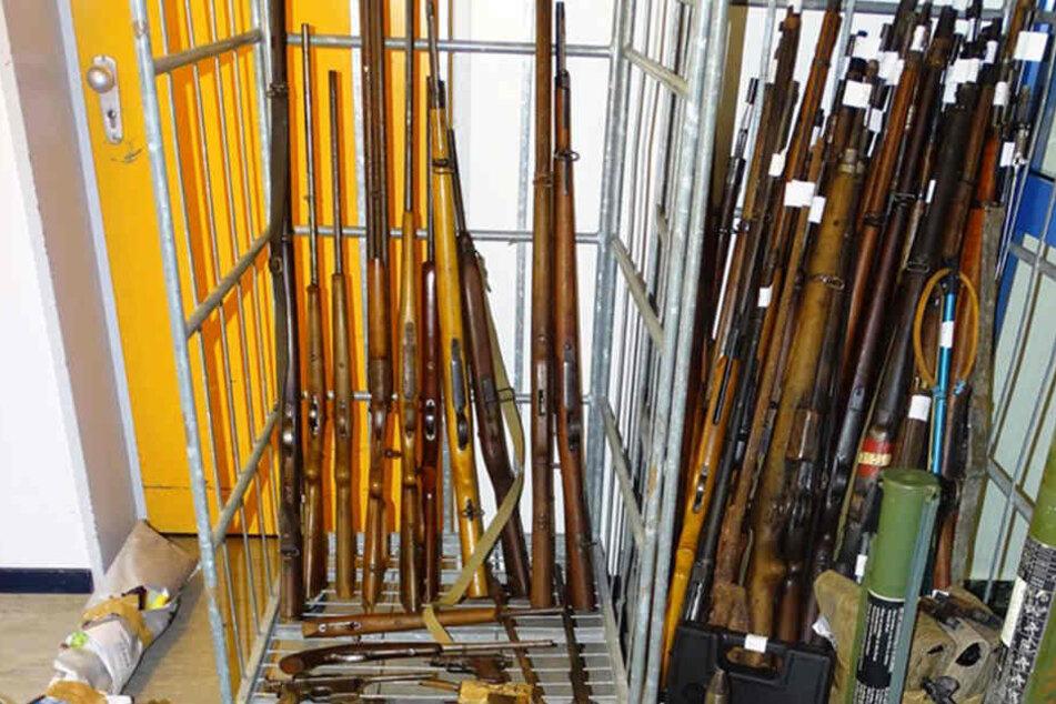 In Ottenbüttel bei Itzehoe hat die Polizei eine riesige Waffensammlung entdeckt. Viele davon waren voll funktionstüchtig.