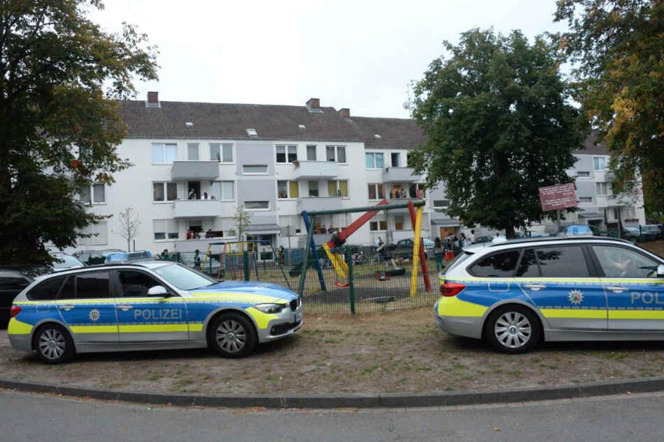 Gleich mehrere Polizeiwagen rückten zum Tatort aus.