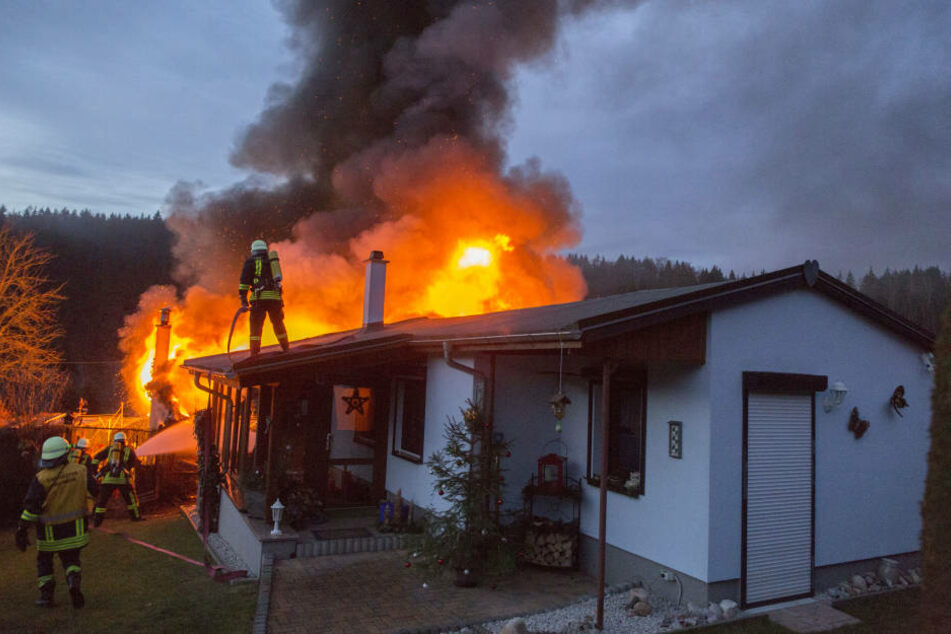 Die Flammen schlugen meterhoch aus dem Dach des Bungalows.