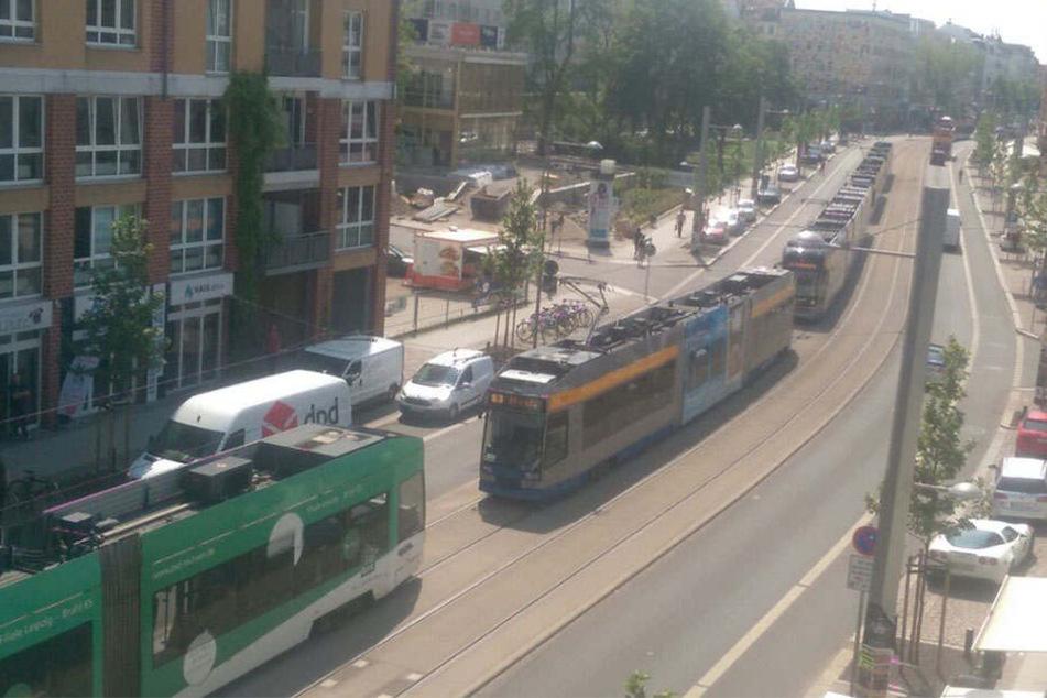 Auf der Karl-Liebknecht-Straße stadteinwärts stauten sich die Straßenbahnen, da diese am Unfallort nicht vorbeifahren konnten.