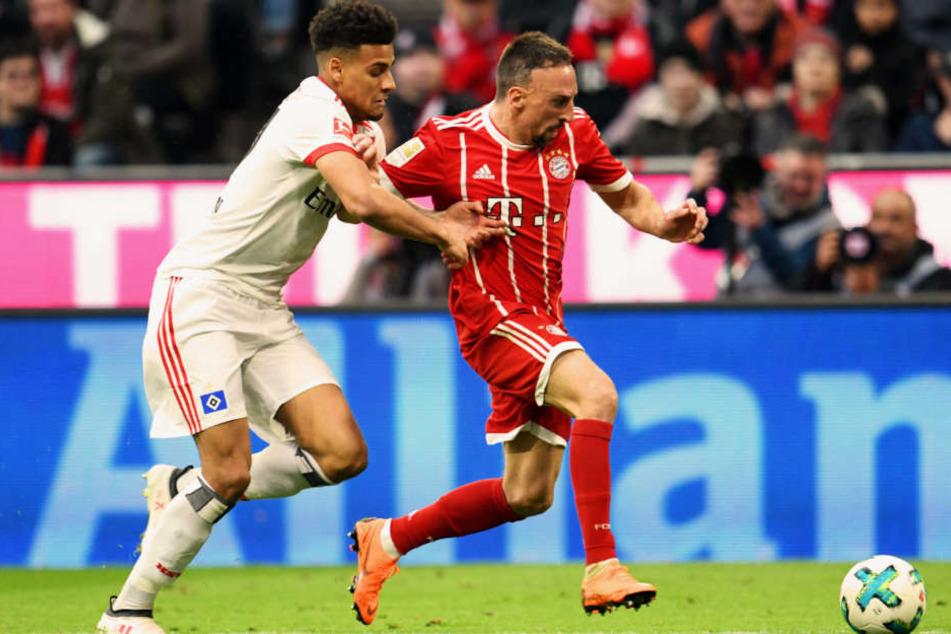 Josha Vagnoman bei seinem Bundesliga-Debüt im Duell mit Bayerns Franck Ribéry.