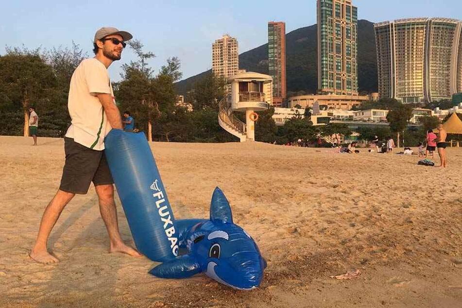 Der Fluxbag im Einsatz: Künftig soll das Aufpusten von Gummitieren und Luftmatratzen kein Problem mehr für Strandbesucher sein.