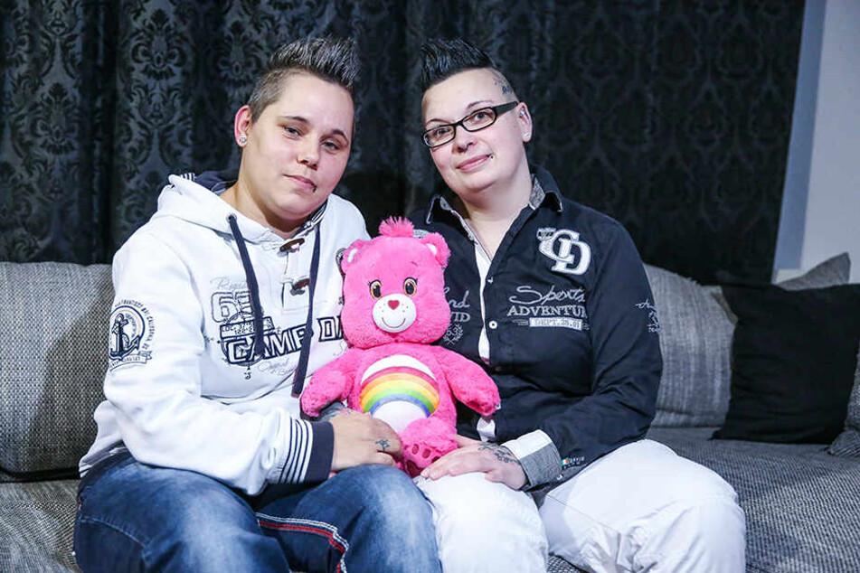Monique Bauer-Bachmann (r.) wünscht sich sehnlichst ein Kind. Sie ist im Moment in der Berliner Praxis für Fertilität in Behandlung. Zusammen mit ihrer Ehefrau Mandy erlebt sie eine Zeit voller Hoffen und Bangen.