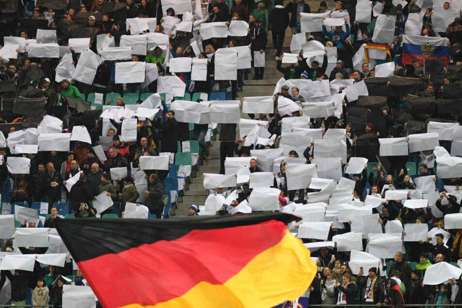 Chaotische Choreografie des Fanclubs Nationalmannschaft beim Spiel in Leipzig.