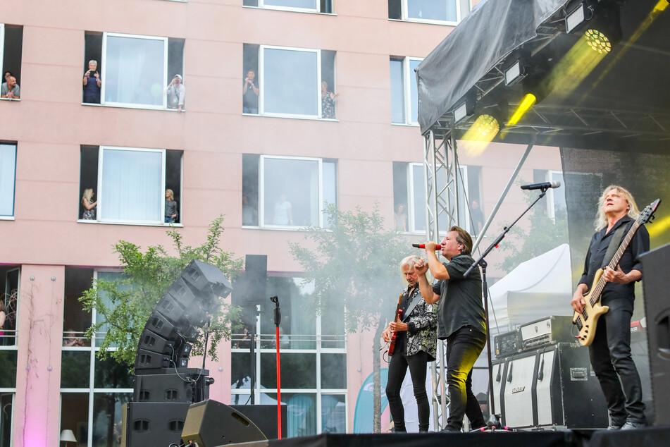 Die Band Karat gibt ein Hotelzimmer-Konzert im Garten des Hotels.
