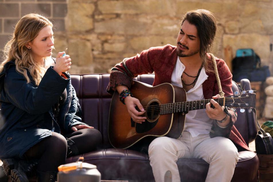 Little Rock (l., Abigail Breslin) ist auf der Suche nach gleichaltriger Gesellschaft. Sänger Berkeley (Avan Jogia) tut es ihr besonders an, weshalb sie mit ihm durchbrennt.