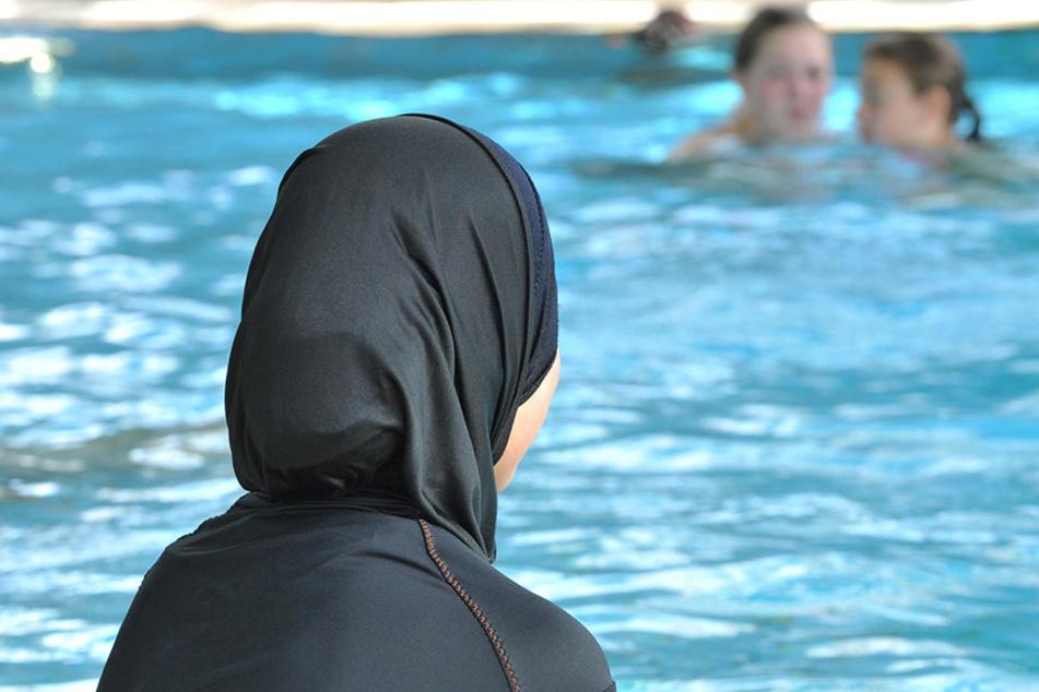 Das Pestalozzi-Gymnasium in Herne hat für muslimische Mädchen Burkinis für den Schwimmunterricht besorgt. (Symbolbild)