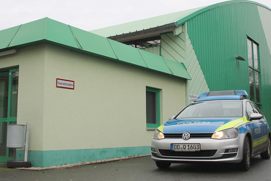 """Mit Gewalt stiegen die Einbrecher in die Räume des EHV im Stadion """"Wolfsbau""""  ein. Sie erbeuteten sogar Eishockeyschläger."""