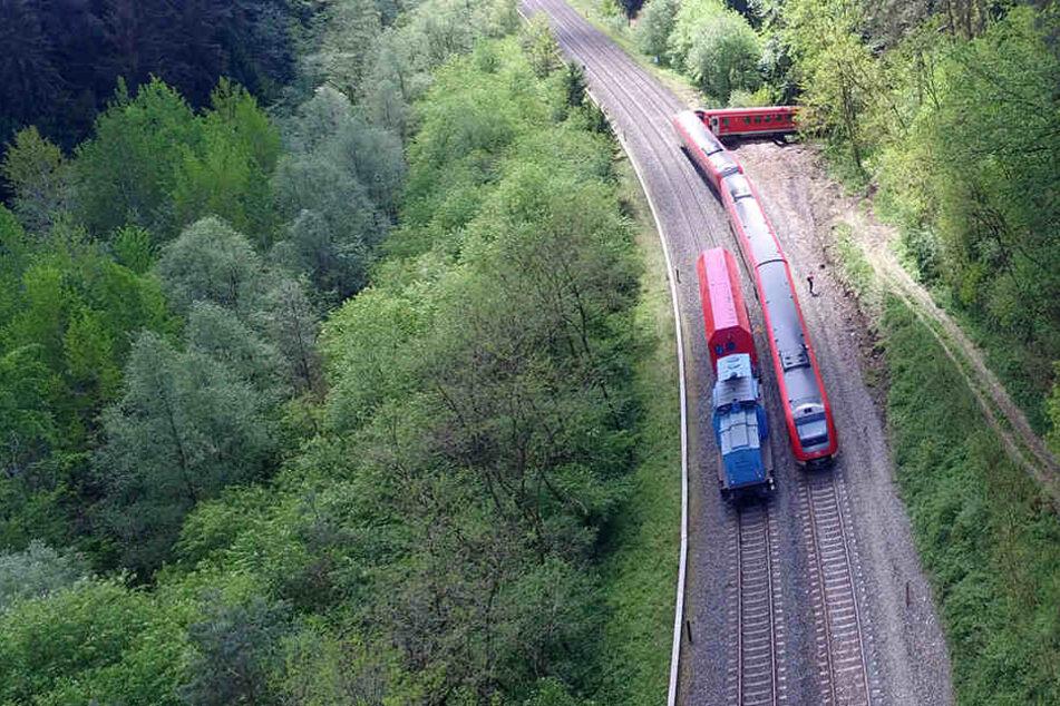 Der Zug war nach einem Unwetter in eine Schlammlawine gefahren.