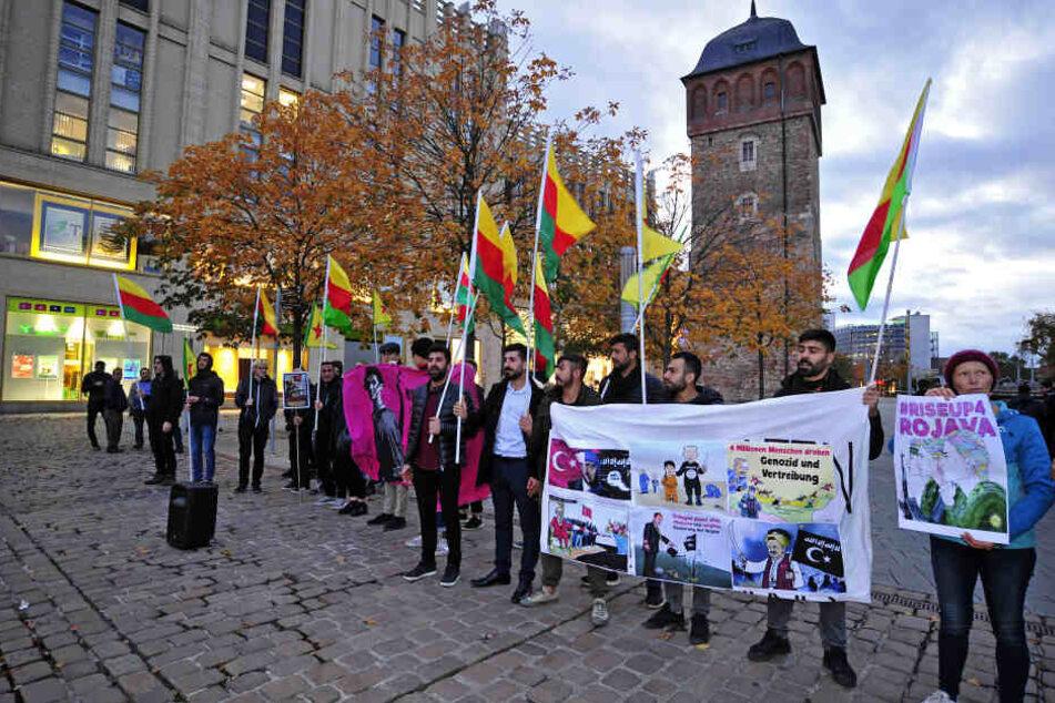 Fast jeden Abend demonstrieren Chemnitzer Kurden in der Innenstadt gegen den Einmarsch türkischer Truppen in Syrien.