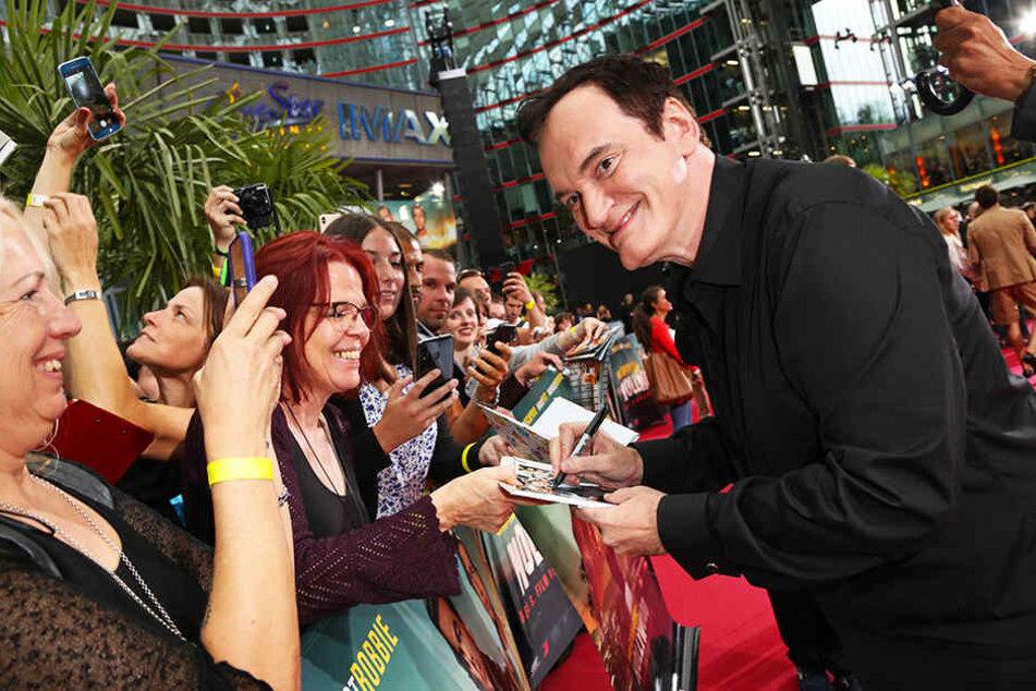 Autogramme und Bilder von Quentin Tarantino: Der Regisseur hautnah bei den Fans im Rahmen der Deutschlandpremiere seines Filmes im Sony Center in Berlin.