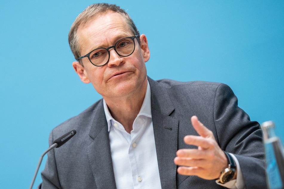Berlins Regierender Bürgermeister Michael Müller (SPD) hat davor gewarnt, in der Debatte um die Lockerung von Beschränkungen das Corona-Infektionsgeschehen außer Acht zu lassen.
