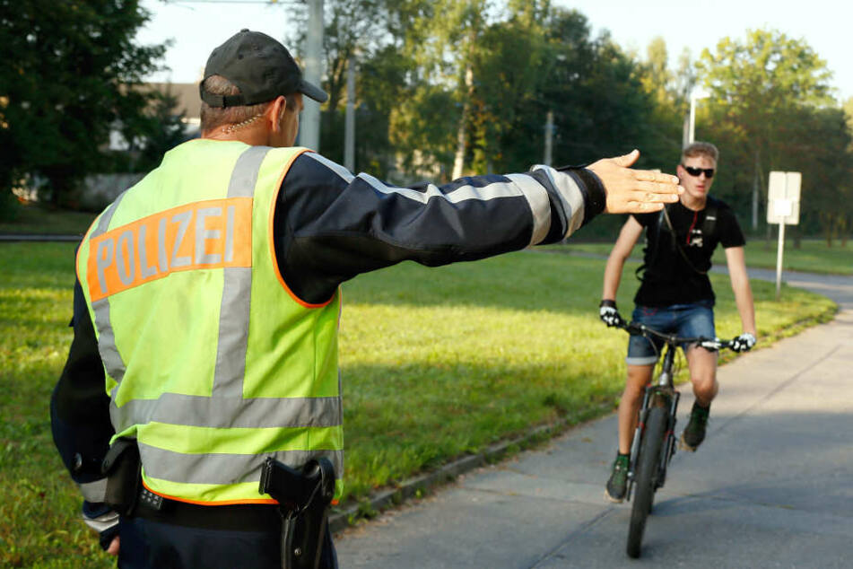 Morgendliche Fahrrad-Kontrollein der Kappelbachgasse: Oberkommissar Schneider winkt gerade Justin Meyer (21) heraus.
