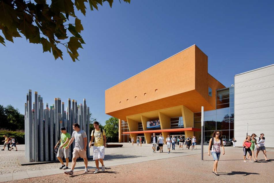 An der TU Chemnitz werden aktuelle nur Lehrer für die Grundschule ausgebildet.