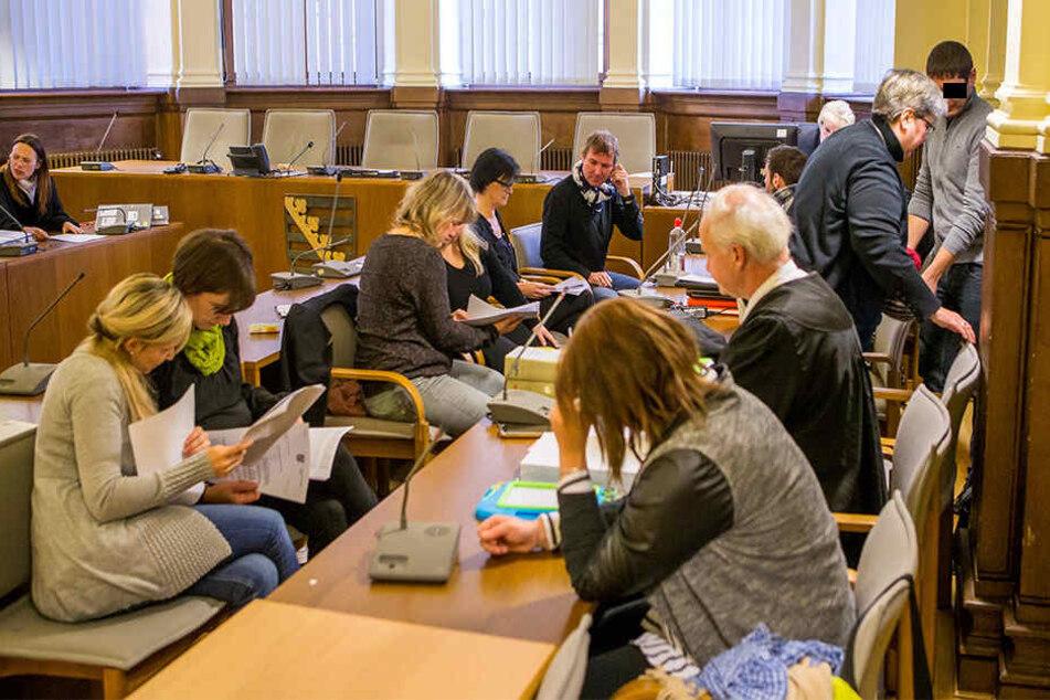 Jeweils zwei Gebärdendolmetscher sitzen im Gericht jedem Angeklagten gegenüber. Ein weiterer steht für Zeugenaussagen bereit.
