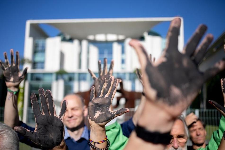 Für schnellen Kohle-Ausstieg: Hunderte Demonstranten vorm Kanzleramt
