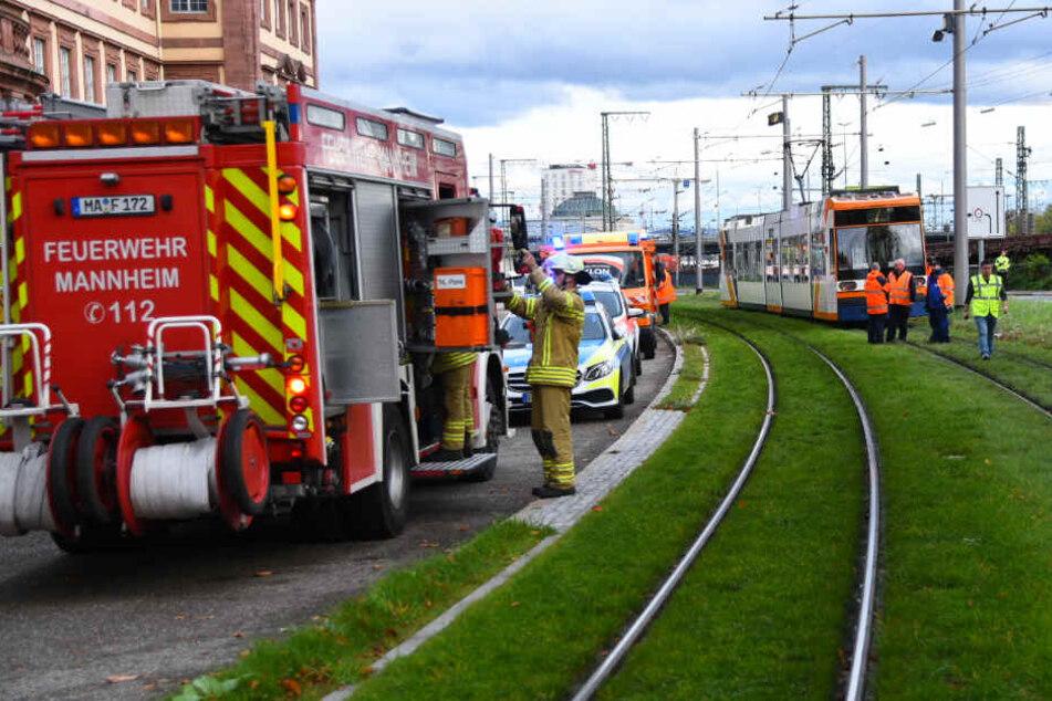 Lebensgefahr: Mann überquert Schienen und wird von Straßenbahn erfasst