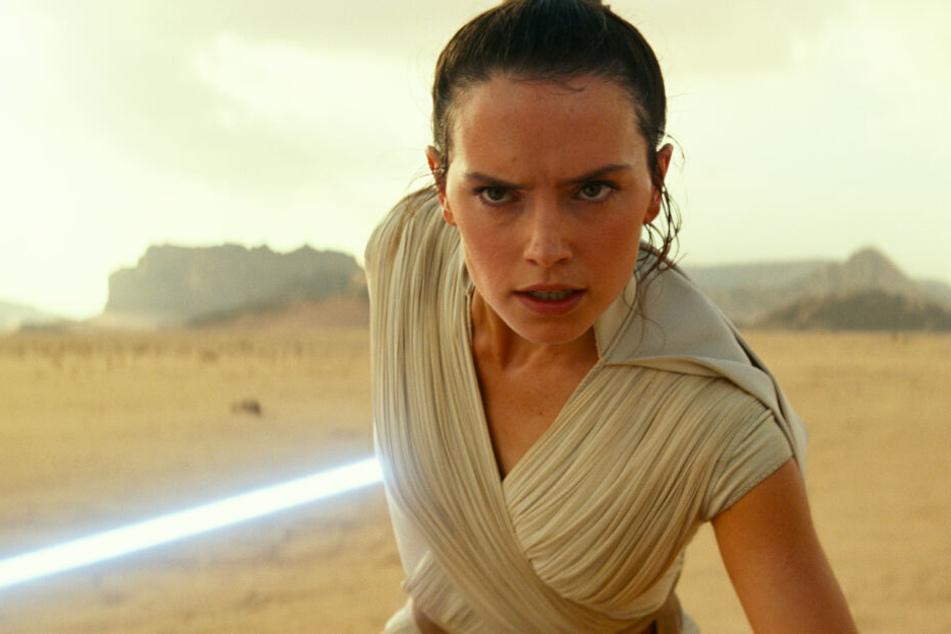 Rey (Daisy Ridley) hätte in Trevorrows Fassung in keiner Verbindung zu Imperator Palpatine gestanden.