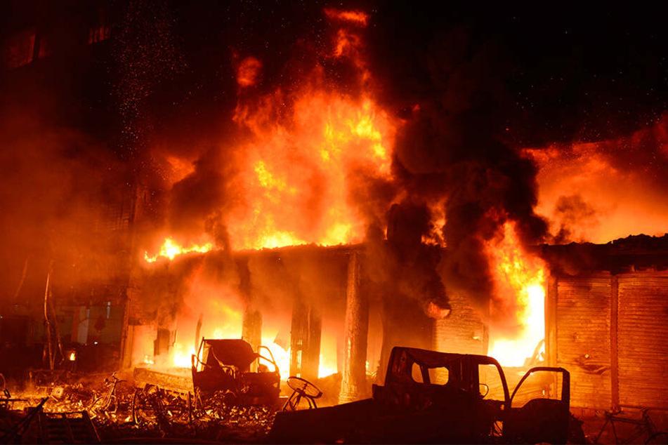 Die Flammen breiteten sich rasend schnell aus.